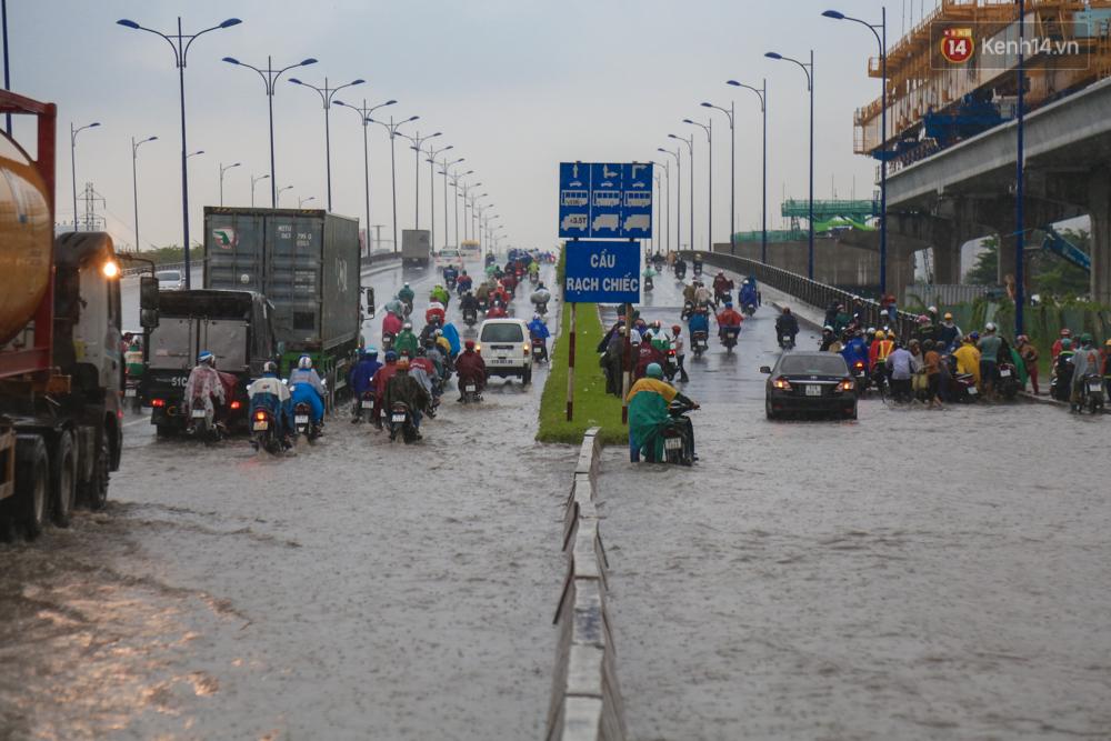 Mưa lớn gây ngập nặng trên Xa Lộ Hà Nội, giao thông ùn ứ nghiêm trọng - Ảnh 13.