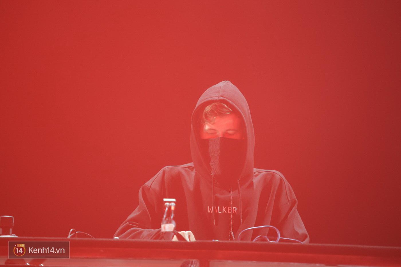 Khán giả Hà thành sướng tai đã mắt với đại nhạc hội EDM của Alan Walker và Nick Romero - Ảnh 2.