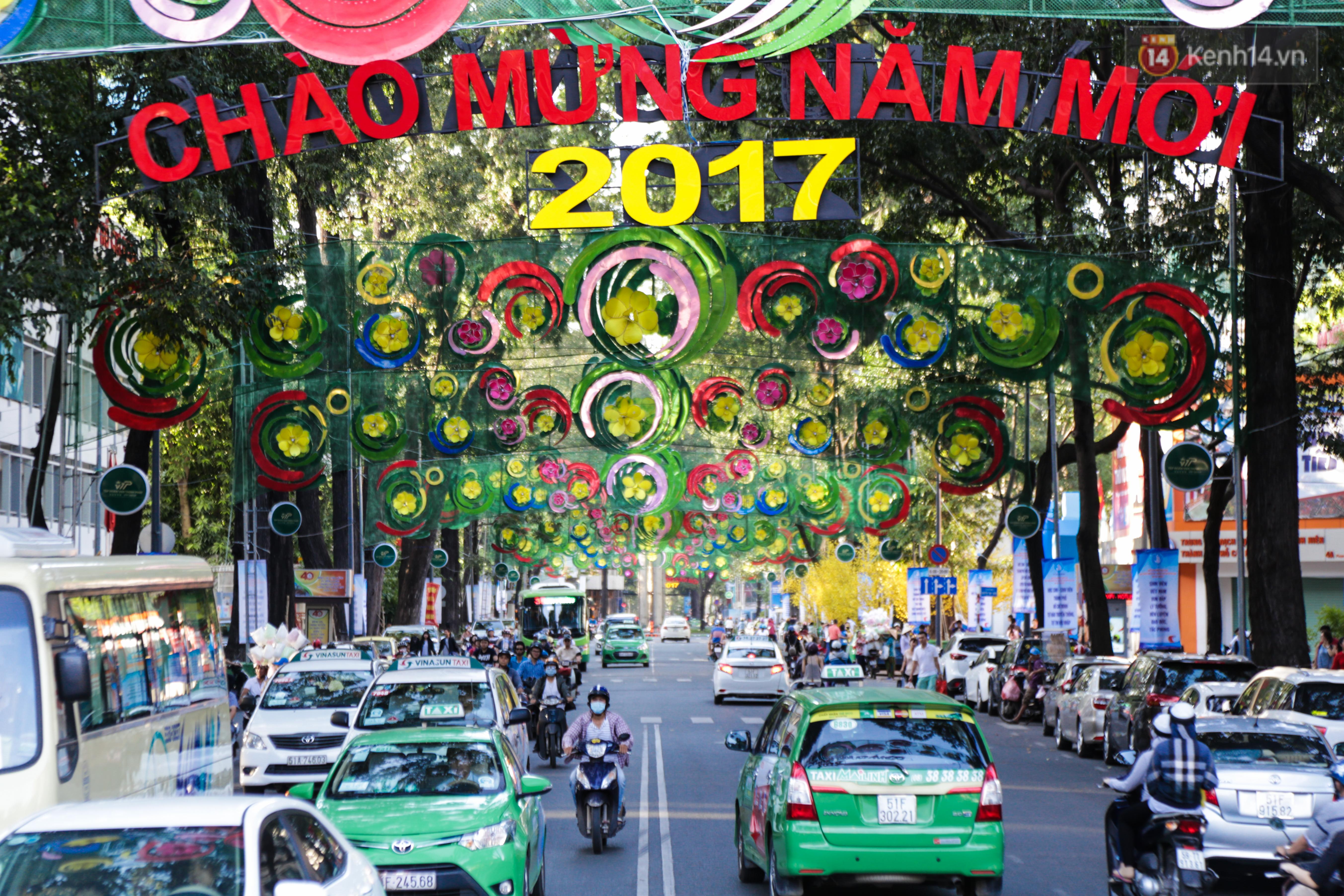 Đèn trang trí Tết trên đường Phạm Ngọc Thạch được chỉnh sửa sau khi người dân chê xấu - Ảnh 2.