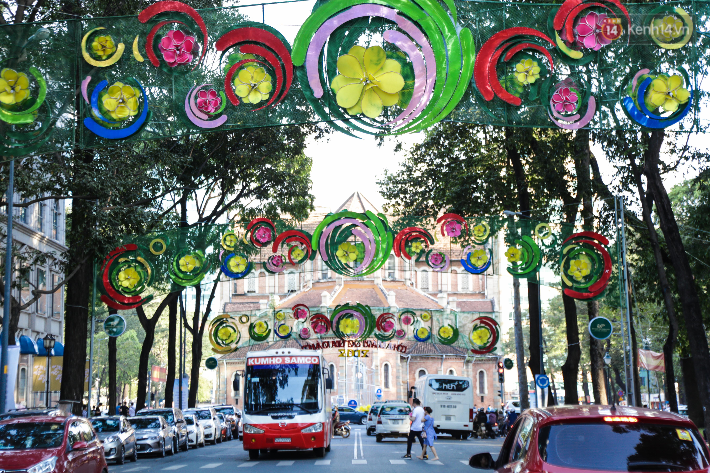 Đèn trang trí Tết trên đường Phạm Ngọc Thạch được chỉnh sửa sau khi người dân chê xấu - Ảnh 4.
