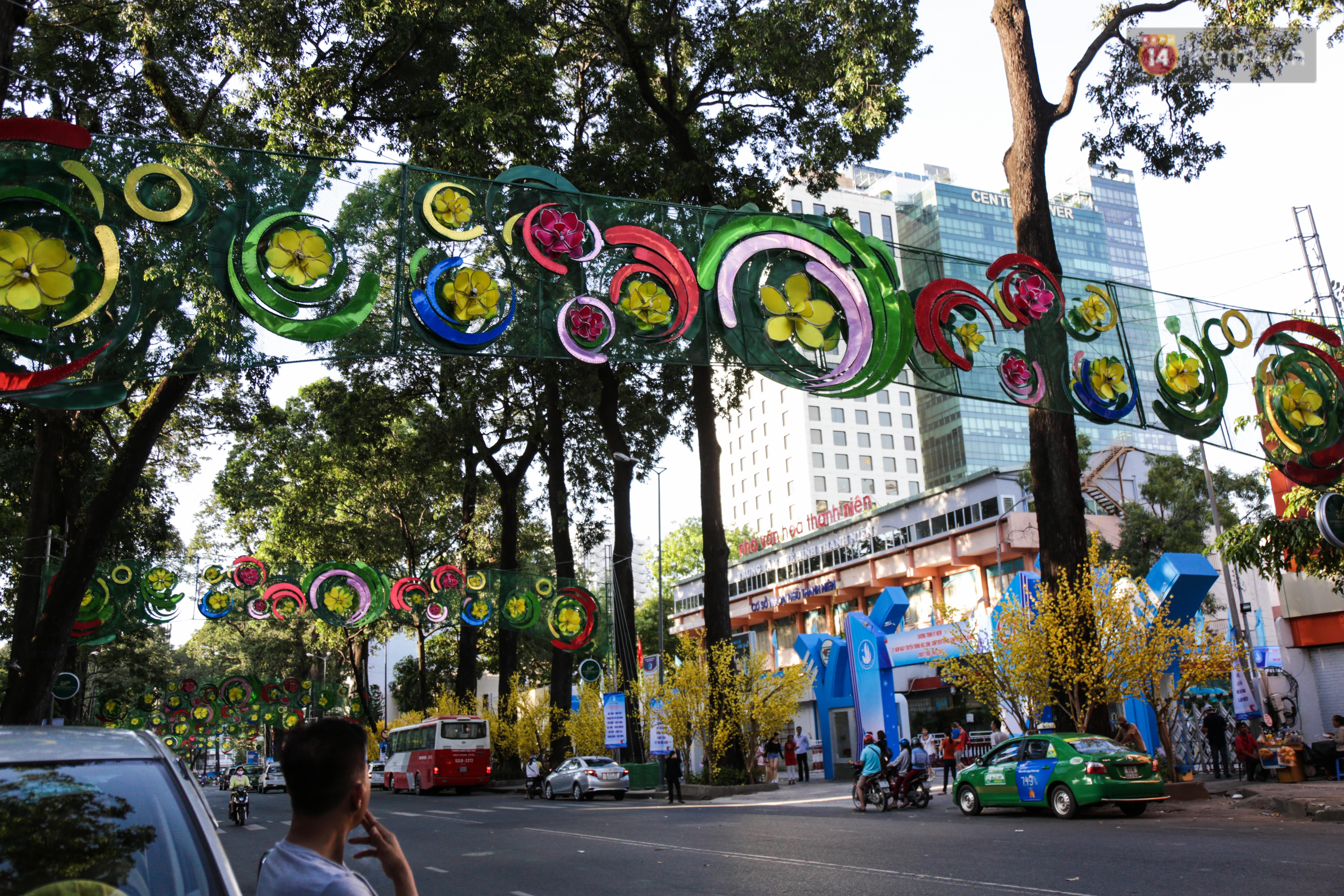 Đèn trang trí Tết trên đường Phạm Ngọc Thạch được chỉnh sửa sau khi người dân chê xấu - Ảnh 5.