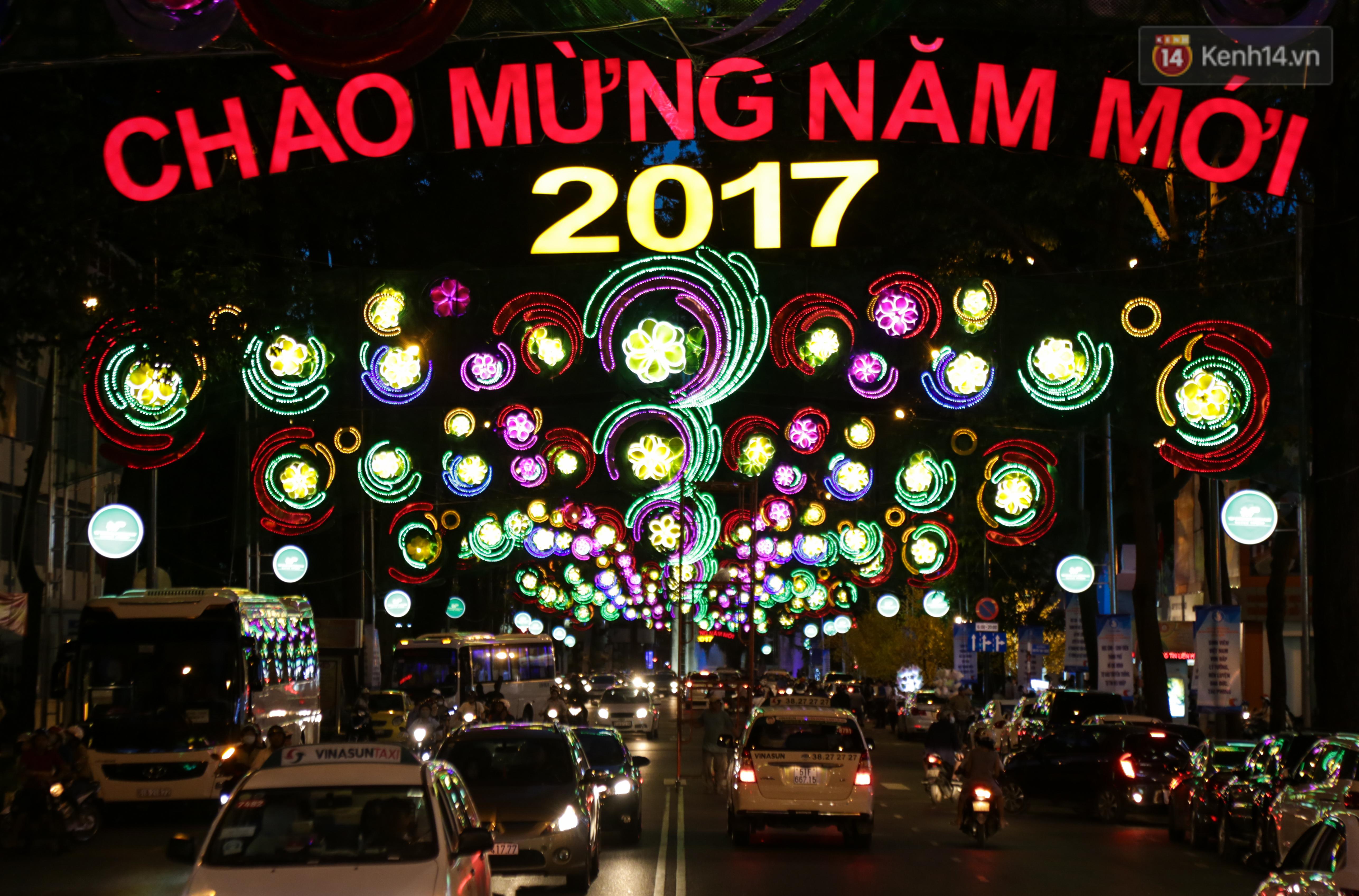 Đèn trang trí Tết trên đường Phạm Ngọc Thạch được chỉnh sửa sau khi người dân chê xấu - Ảnh 13.