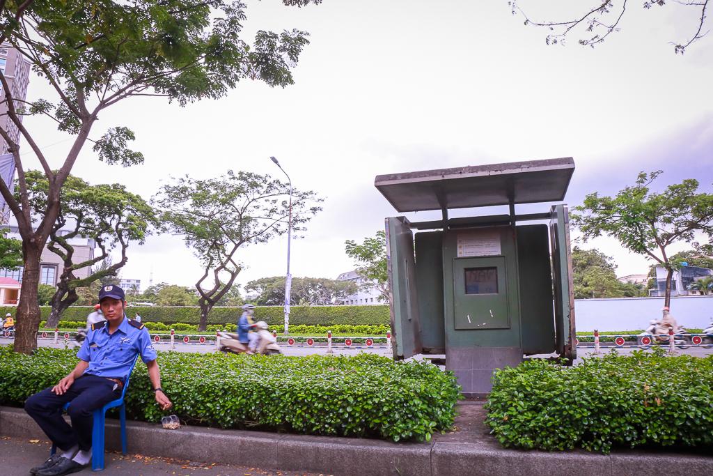 Hàng loạt trạm thông tin điện tử hiện đại ở Sài Gòn bị hư hỏng, nhếch nhác và bốc mùi kinh khủng - Ảnh 1.