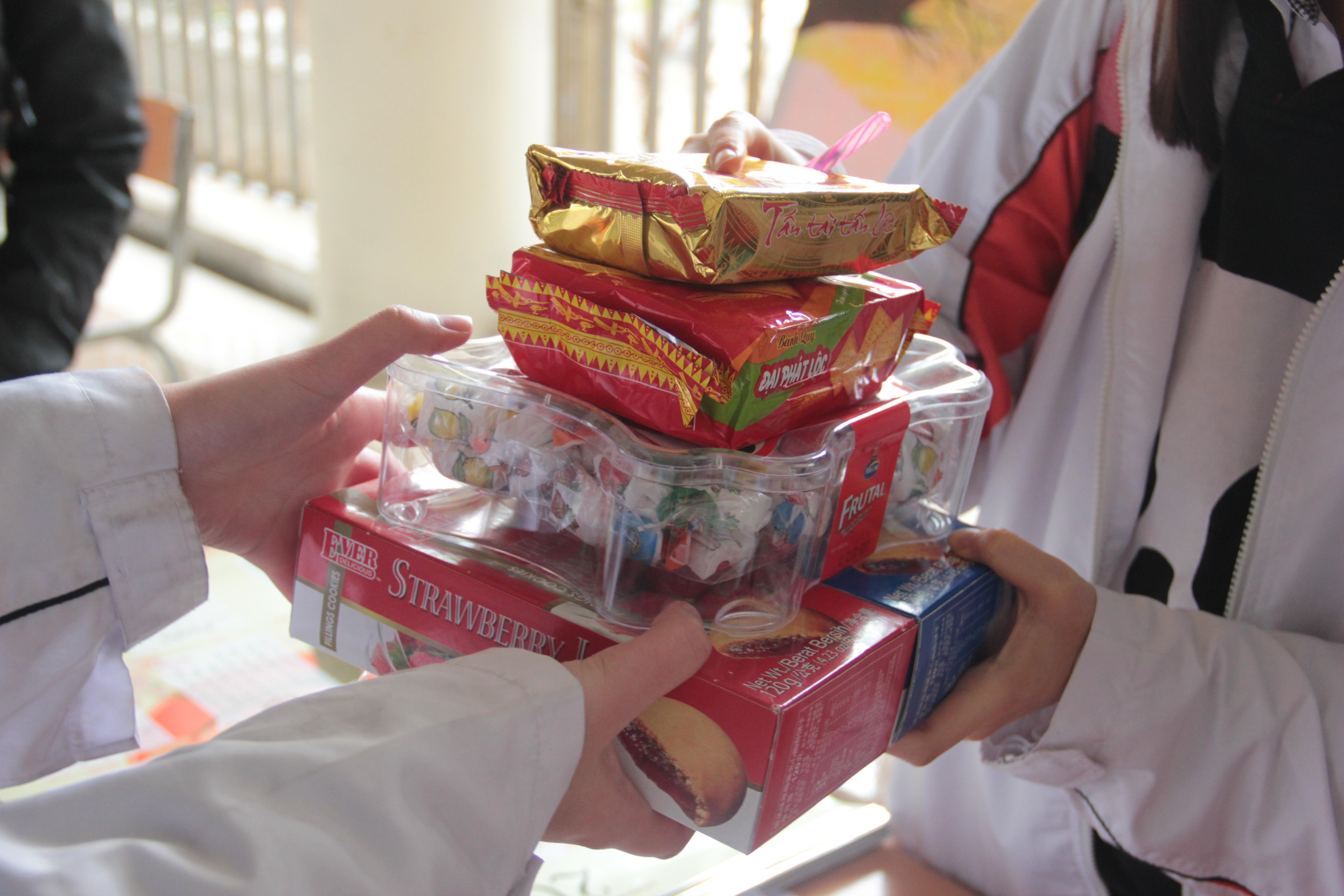 Học sinh Hà Nội tổ chức quyên góp đồ ăn, bánh kẹo sau Tết đi từ thiện - Ảnh 8.