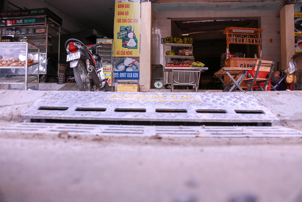 Hàng trăm hố ga thông minh được lắp đặt để ngăn mùi hôi, chặn rác chống ngập trên phố Sài Gòn - Ảnh 7.