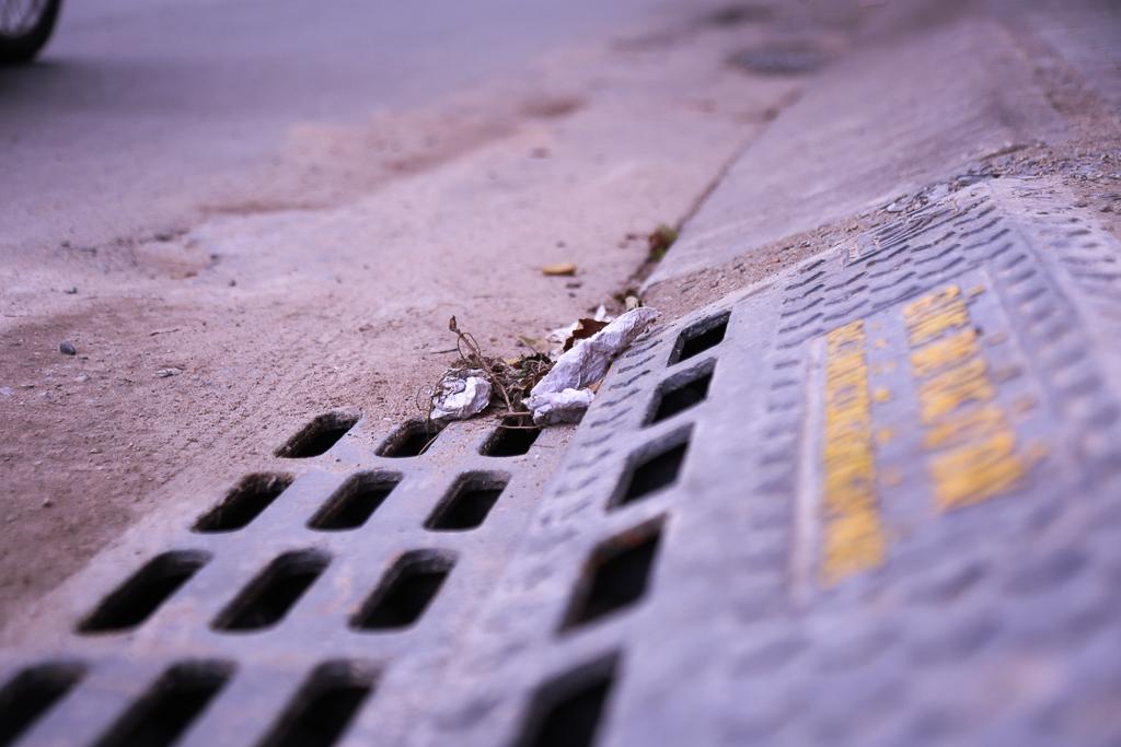 Hàng trăm hố ga thông minh được lắp đặt để ngăn mùi hôi, chặn rác chống ngập trên phố Sài Gòn - Ảnh 6.