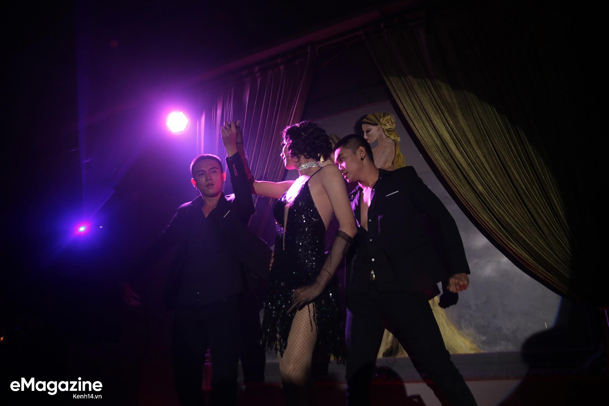 Sân khấu lúc 0h của những chàng trai hoá thân thành dàn sao nữ nổi tiếng trong các quán bar Sài Gòn - Ảnh 16.