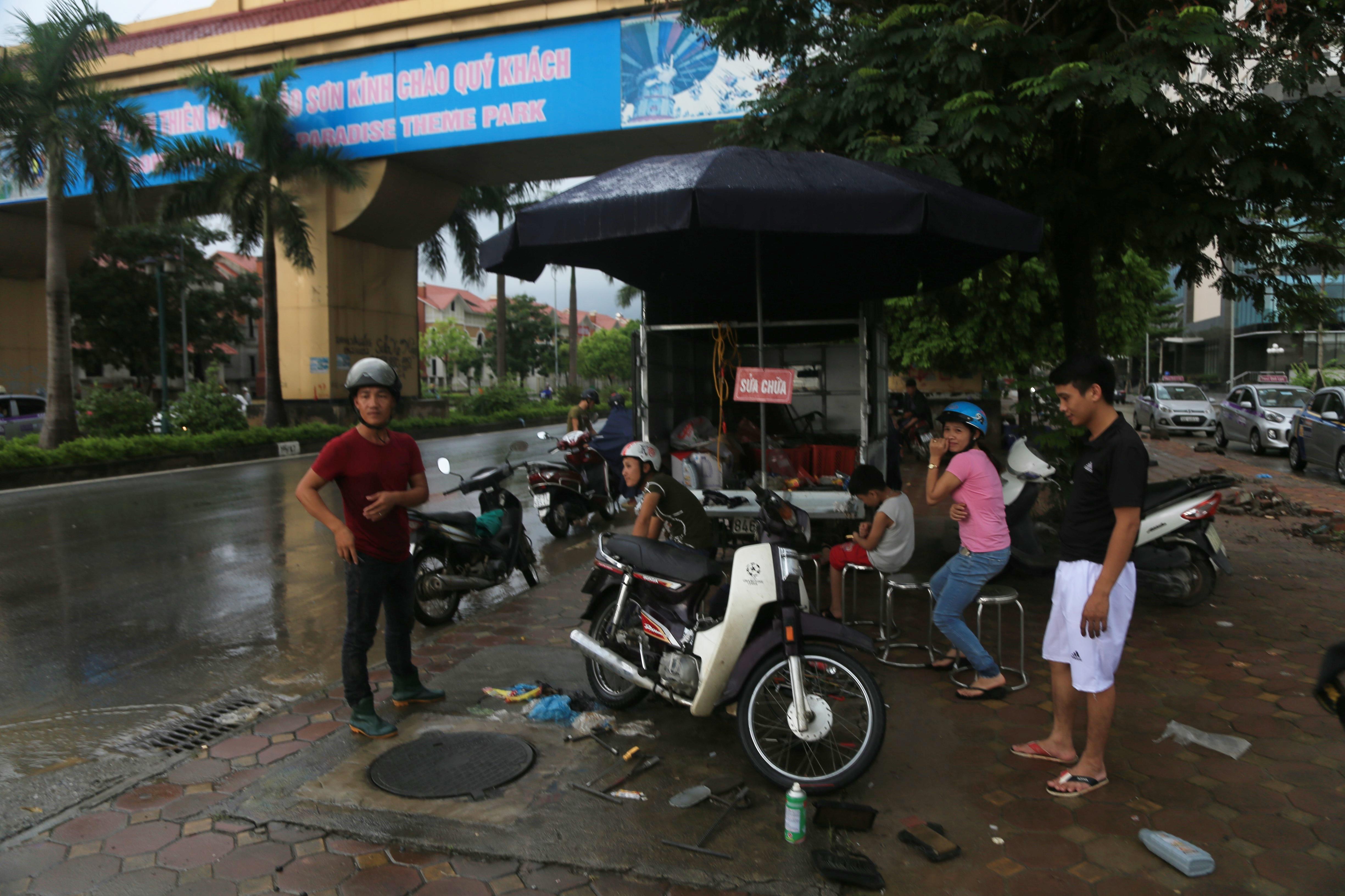 Chùm ảnh: Ngày Hà Nội ngập nặng sau mưa lớn, nghề giải cứu người và xe lại lên ngôi - Ảnh 3.