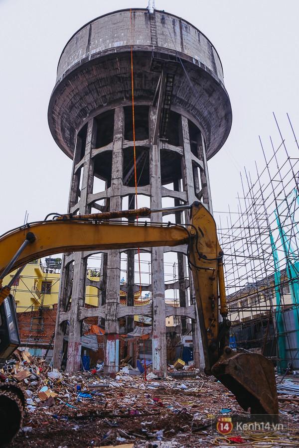 Máy xúc được chuẩn bị sẵn để hốt xà bần sau khi phá bỏ thuỷ đài bỏ hoang ở trung tâm Sài Gòn.