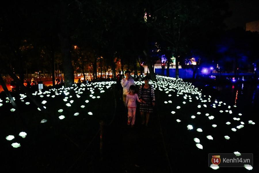 Hàng trăm bạn trẻ đổ xô về khu vườn ánh sáng lung linh độc nhất Sài Gòn giữa tiết trời se lạnh - Ảnh 13.