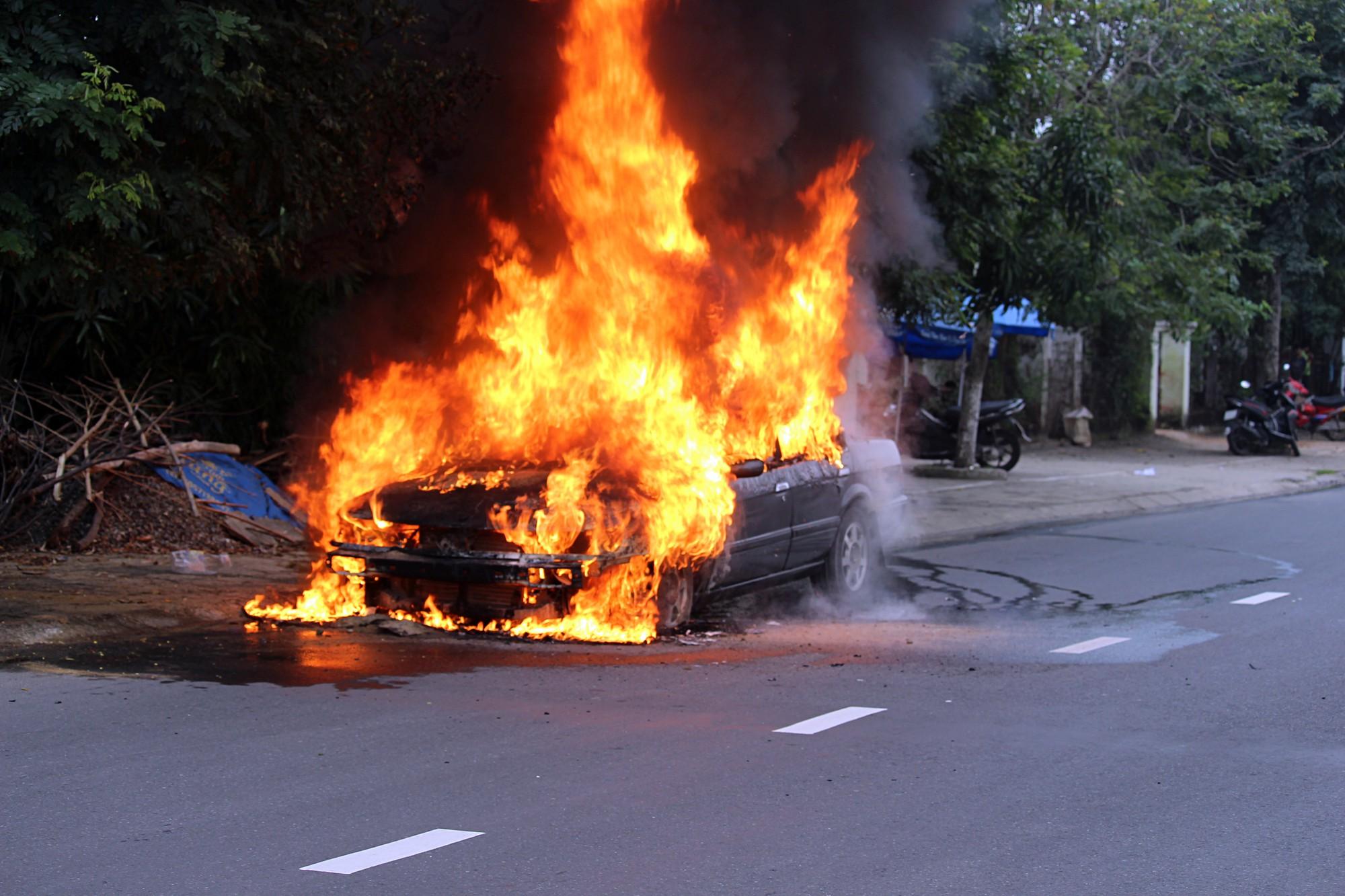 Ô tô 4 chỗ bốc cháy ngùn ngụt giữa đường phố Đà Nẵng, nhiều người tháo chạy - Ảnh 2.