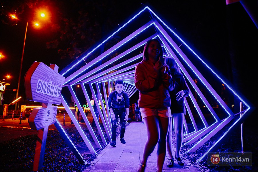 Hàng trăm bạn trẻ đổ xô về khu vườn ánh sáng lung linh độc nhất Sài Gòn giữa tiết trời se lạnh - Ảnh 1.
