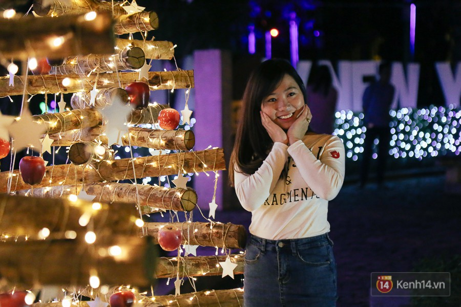 Hàng trăm bạn trẻ đổ xô về khu vườn ánh sáng lung linh độc nhất Sài Gòn giữa tiết trời se lạnh - Ảnh 5.