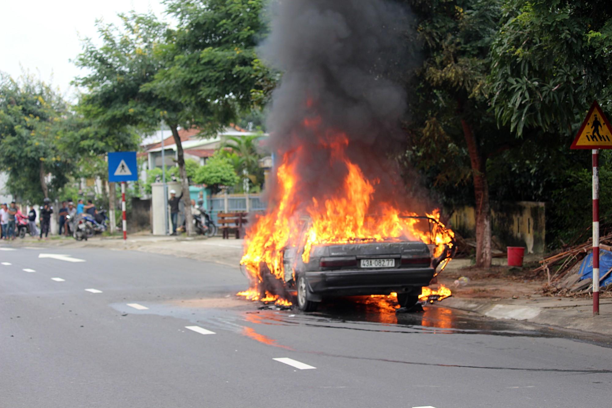 Ô tô 4 chỗ bốc cháy ngùn ngụt giữa đường phố Đà Nẵng, nhiều người tháo chạy - Ảnh 3.
