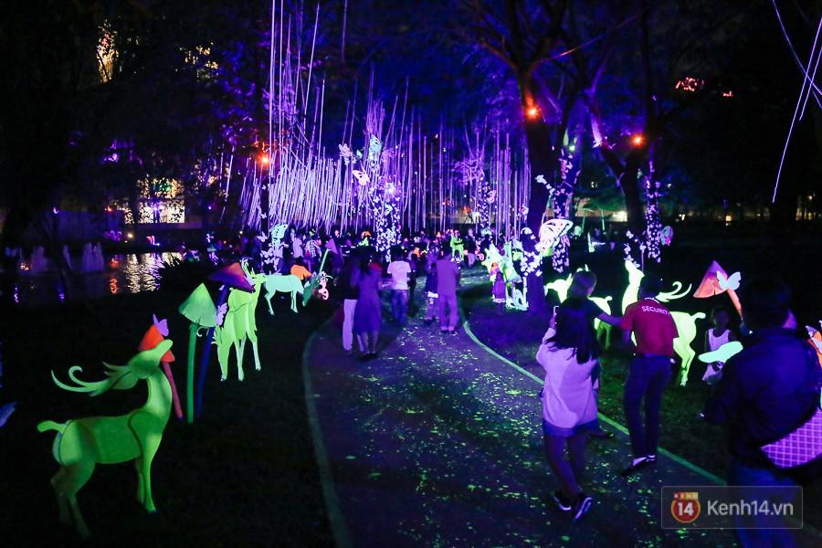 Hàng trăm bạn trẻ đổ xô về khu vườn ánh sáng lung linh độc nhất Sài Gòn giữa tiết trời se lạnh - Ảnh 10.