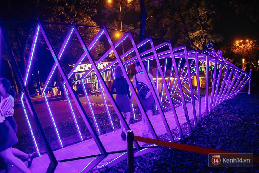 Hàng trăm bạn trẻ đổ xô về khu vườn ánh sáng lung linh độc nhất Sài Gòn giữa tiết trời se lạnh - Ảnh 2.