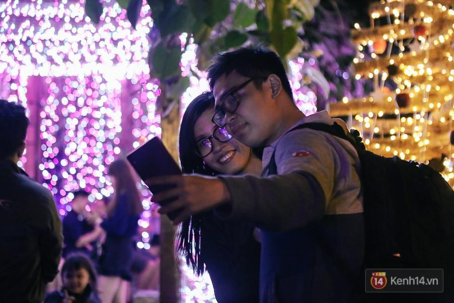 Hàng trăm bạn trẻ đổ xô về khu vườn ánh sáng lung linh độc nhất Sài Gòn giữa tiết trời se lạnh - Ảnh 6.