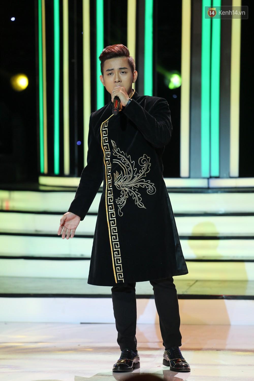 Hoài Linh trầm ngâm theo dõi Hoài Lâm biểu diễn sau tuyên bố lạnh nhạt với con trai - Ảnh 2.