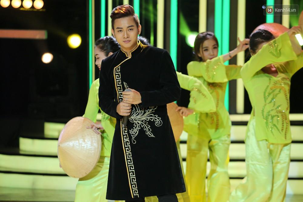 Hoài Linh trầm ngâm theo dõi Hoài Lâm biểu diễn sau tuyên bố lạnh nhạt với con trai - Ảnh 3.