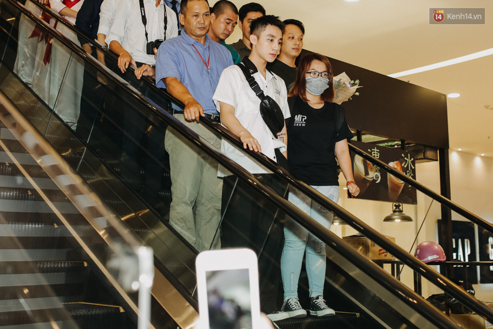 Sơn Tùng M-TP cúi gập người ôm chầm lấy fan trong buổi kí tặng sách tại TP Hồ Chí Minh - Ảnh 1.
