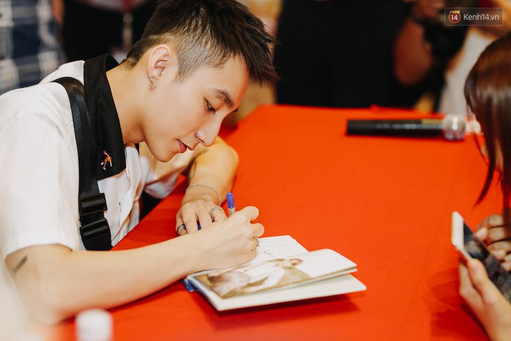 Sơn Tùng M-TP cúi gập người ôm chầm lấy fan trong buổi kí tặng sách tại TP Hồ Chí Minh - Ảnh 3.