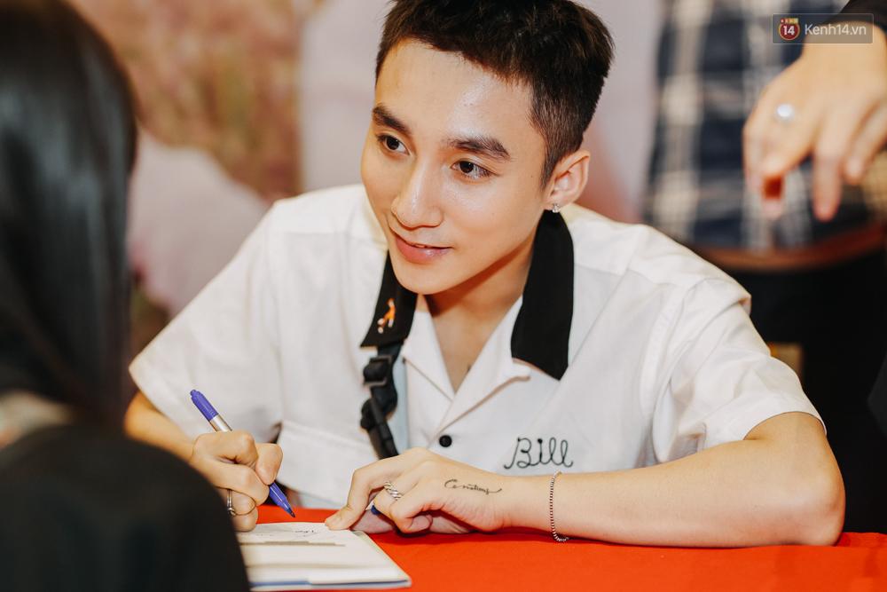 Sơn Tùng M-TP cúi gập người ôm chầm lấy fan trong buổi kí tặng sách tại TP Hồ Chí Minh - Ảnh 7.