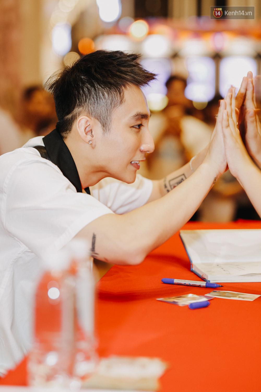 Sơn Tùng M-TP cúi gập người ôm chầm lấy fan trong buổi kí tặng sách tại TP Hồ Chí Minh - Ảnh 8.