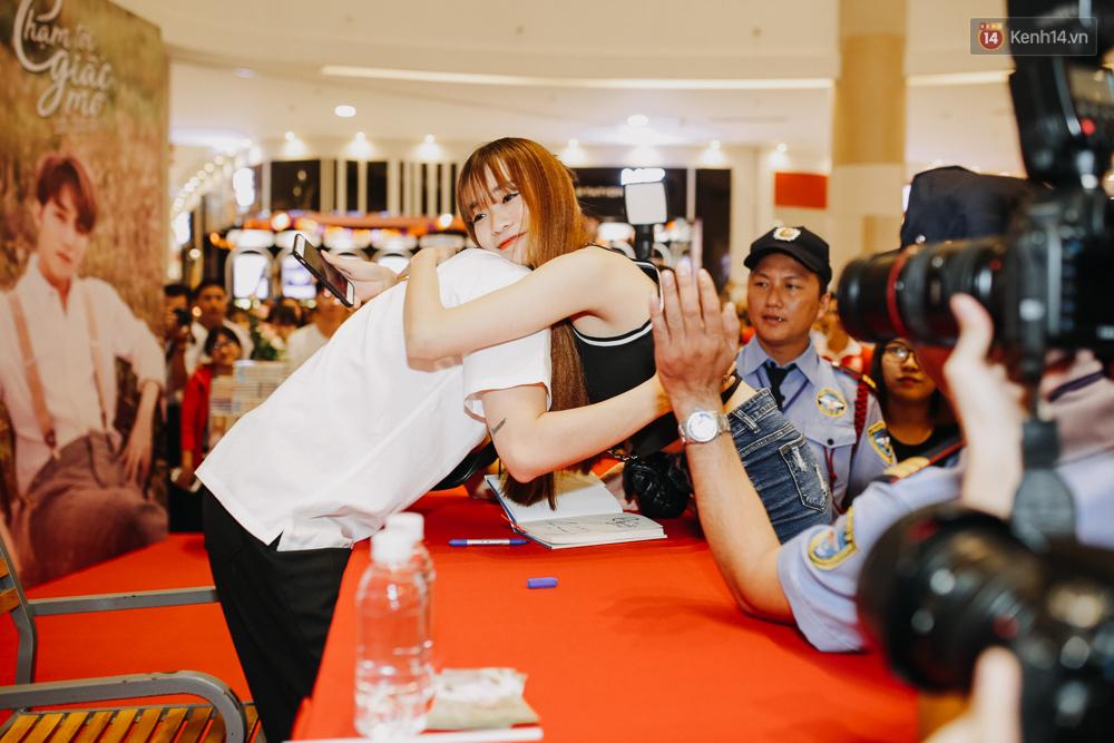 Sơn Tùng M-TP cúi gập người ôm chầm lấy fan trong buổi kí tặng sách tại TP Hồ Chí Minh - Ảnh 10.
