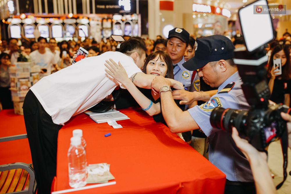 Sơn Tùng M-TP cúi gập người ôm chầm lấy fan trong buổi kí tặng sách tại TP Hồ Chí Minh - Ảnh 11.
