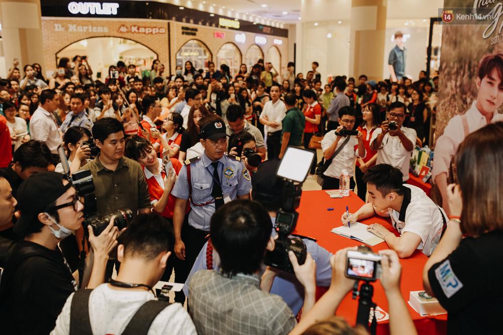 Sơn Tùng M-TP cúi gập người ôm chầm lấy fan trong buổi kí tặng sách tại TP Hồ Chí Minh - Ảnh 2.