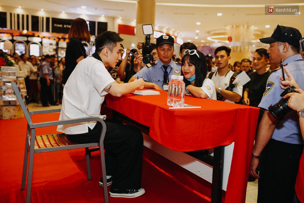 Sơn Tùng M-TP cúi gập người ôm chầm lấy fan trong buổi kí tặng sách tại TP Hồ Chí Minh - Ảnh 12.