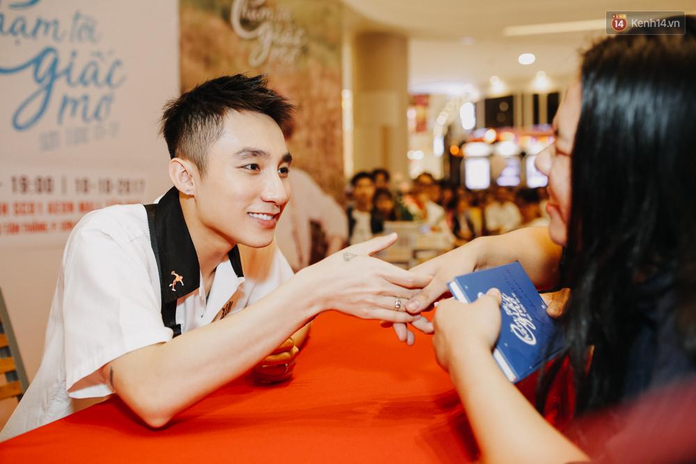 Sơn Tùng M-TP cúi gập người ôm chầm lấy fan trong buổi kí tặng sách tại TP Hồ Chí Minh - Ảnh 13.