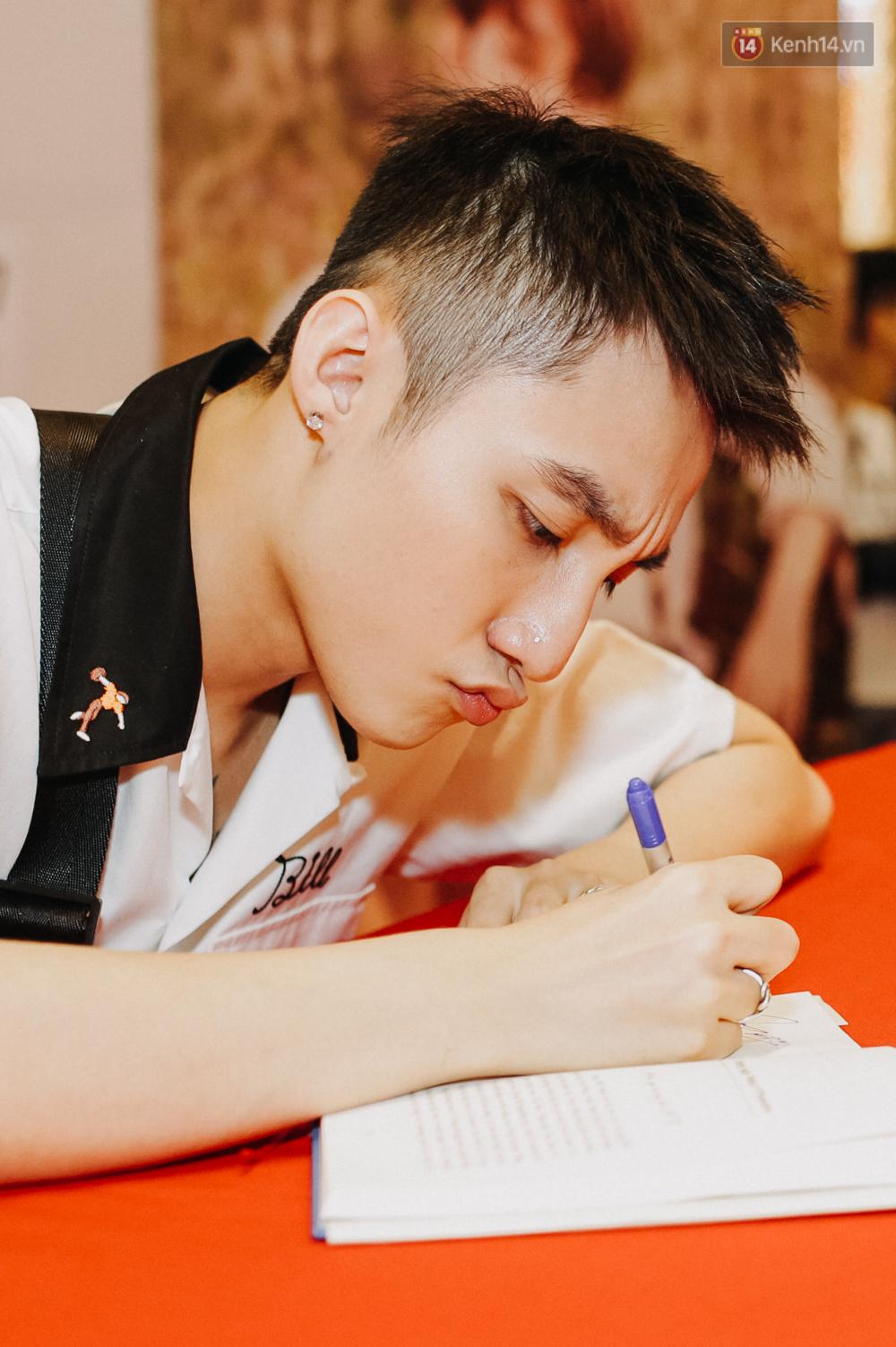 Sơn Tùng M-TP cúi gập người ôm chầm lấy fan trong buổi kí tặng sách tại TP Hồ Chí Minh - Ảnh 4.