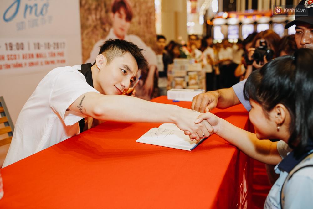 Sơn Tùng M-TP cúi gập người ôm chầm lấy fan trong buổi kí tặng sách tại TP Hồ Chí Minh - Ảnh 9.
