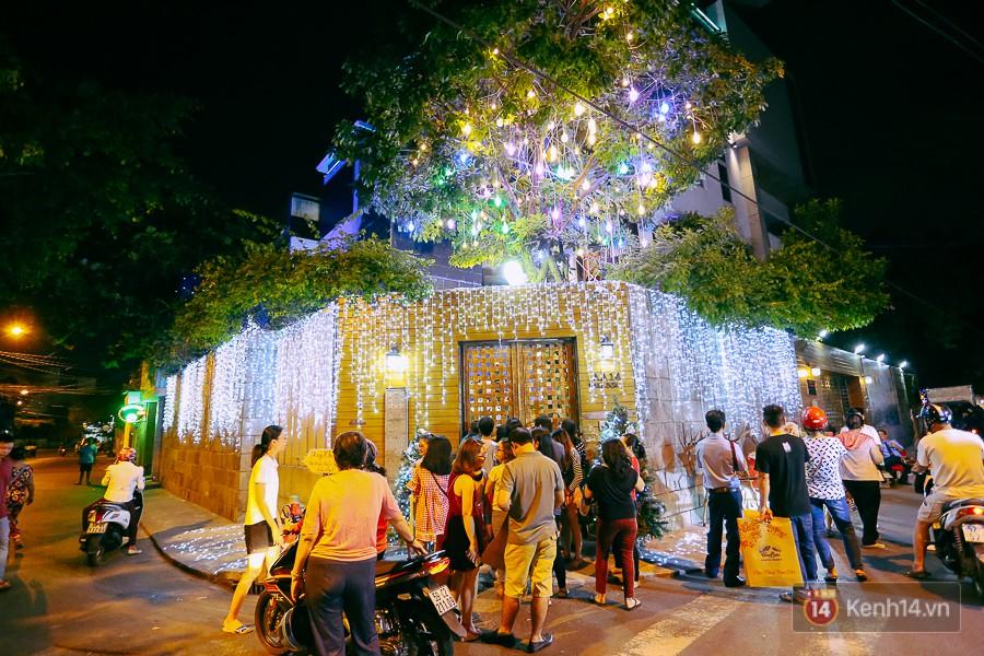 Nhiều người dân đã đứng chờ từ rất sớm để được vào bên trong căn biệt thự trang trí Noel lộng lẫy của ca sĩ Mr Đàm.