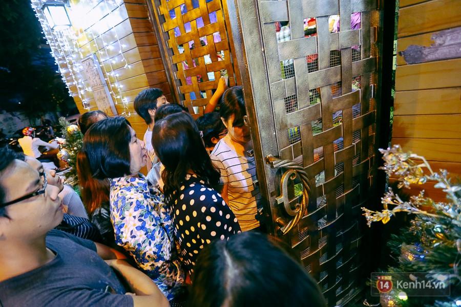 Khi bảo vệ vừa mở cổng cho khách ra thì nhiều người lại cố chen để được vào bên trong.
