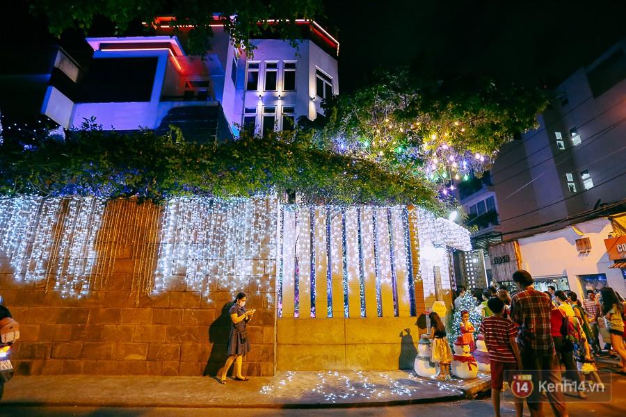 Hàng rào của căn biệt thự triệu đô cũng được trang trí ánh sáng rực rỡ xung quanh.