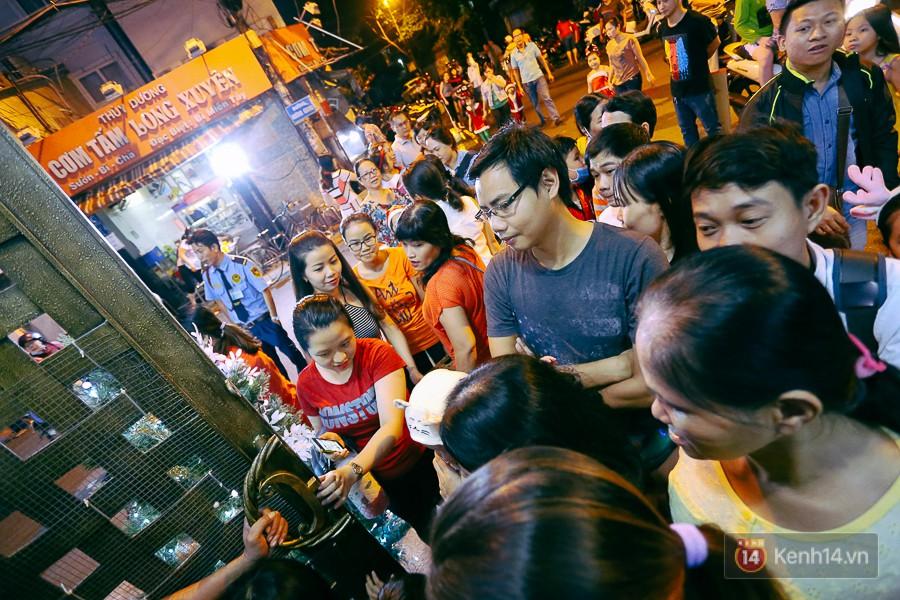 Hàng trăm người chen lấn để vào bên trong.