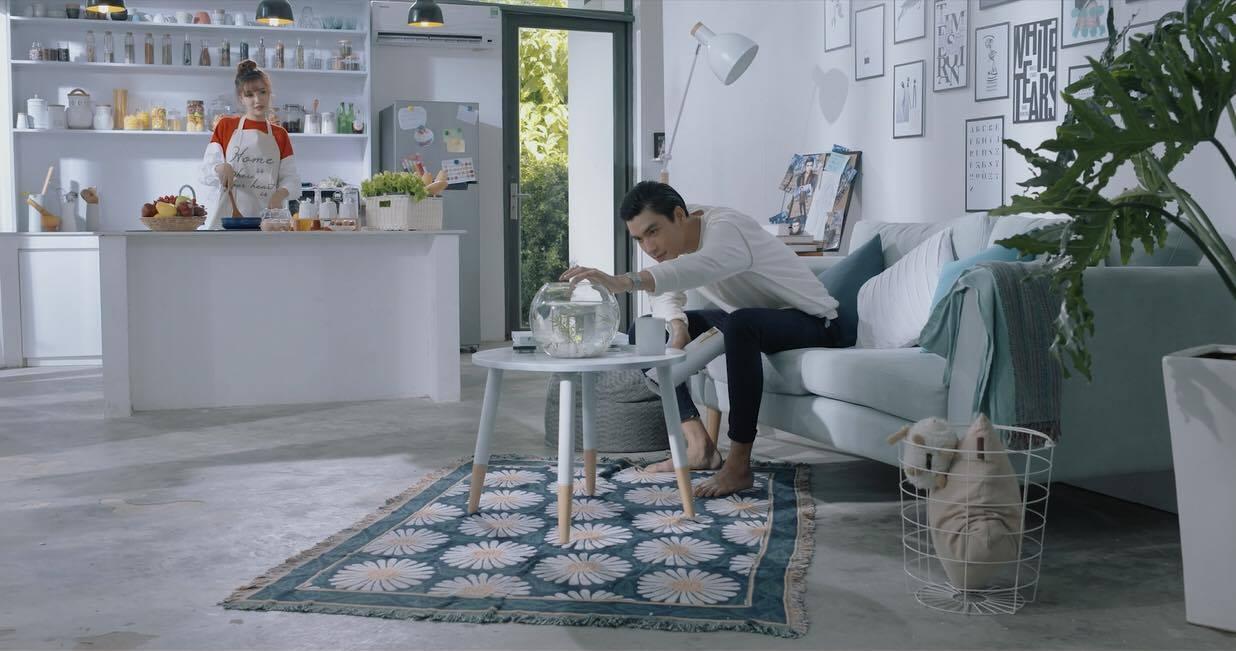 Bích Phương đau khổ vì chuyện tình thực - ảo trong MV mới - Ảnh 2.