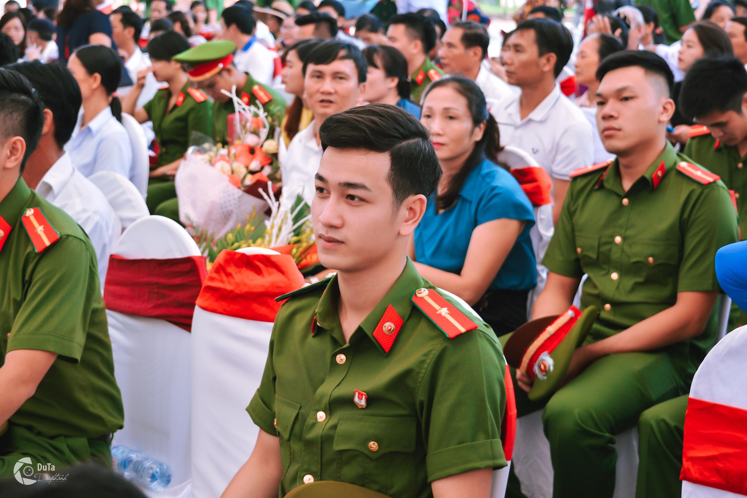 Chàng thiếu úy mới tốt nghiệp Học viện Cảnh sát Nhân dân điển trai như Idol - Ảnh 2.