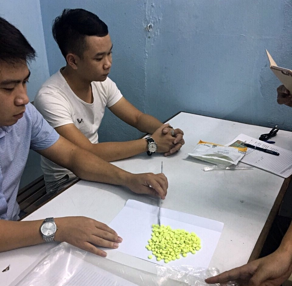 """Bắt khẩn cấp 2 thanh niên """"nhập"""" hàng trăm viên thuốc lắc từ Đức về Đà Nẵng bằng đường hàng không"""