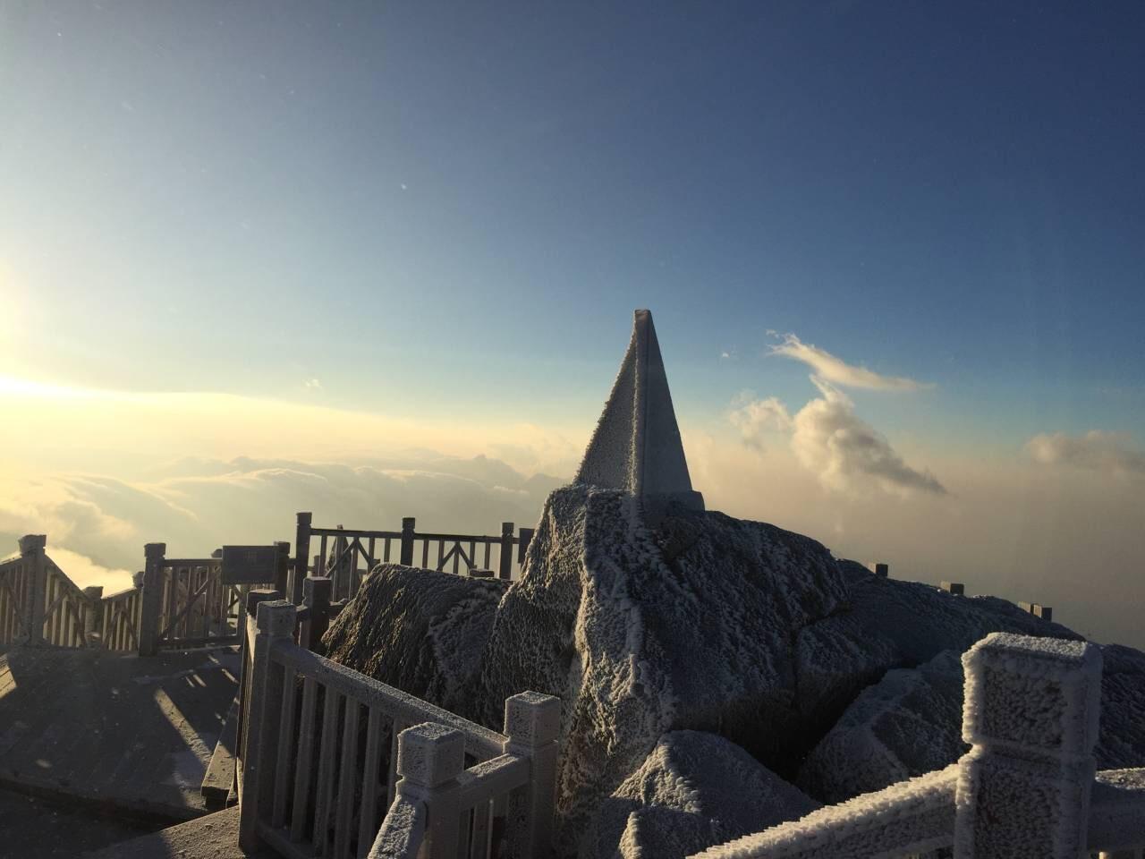 Đỉnh Fansipan trắng xóa băng tuyết khi nhiệt độ trong đêm giảm xuống -7 độ C - Ảnh 8.