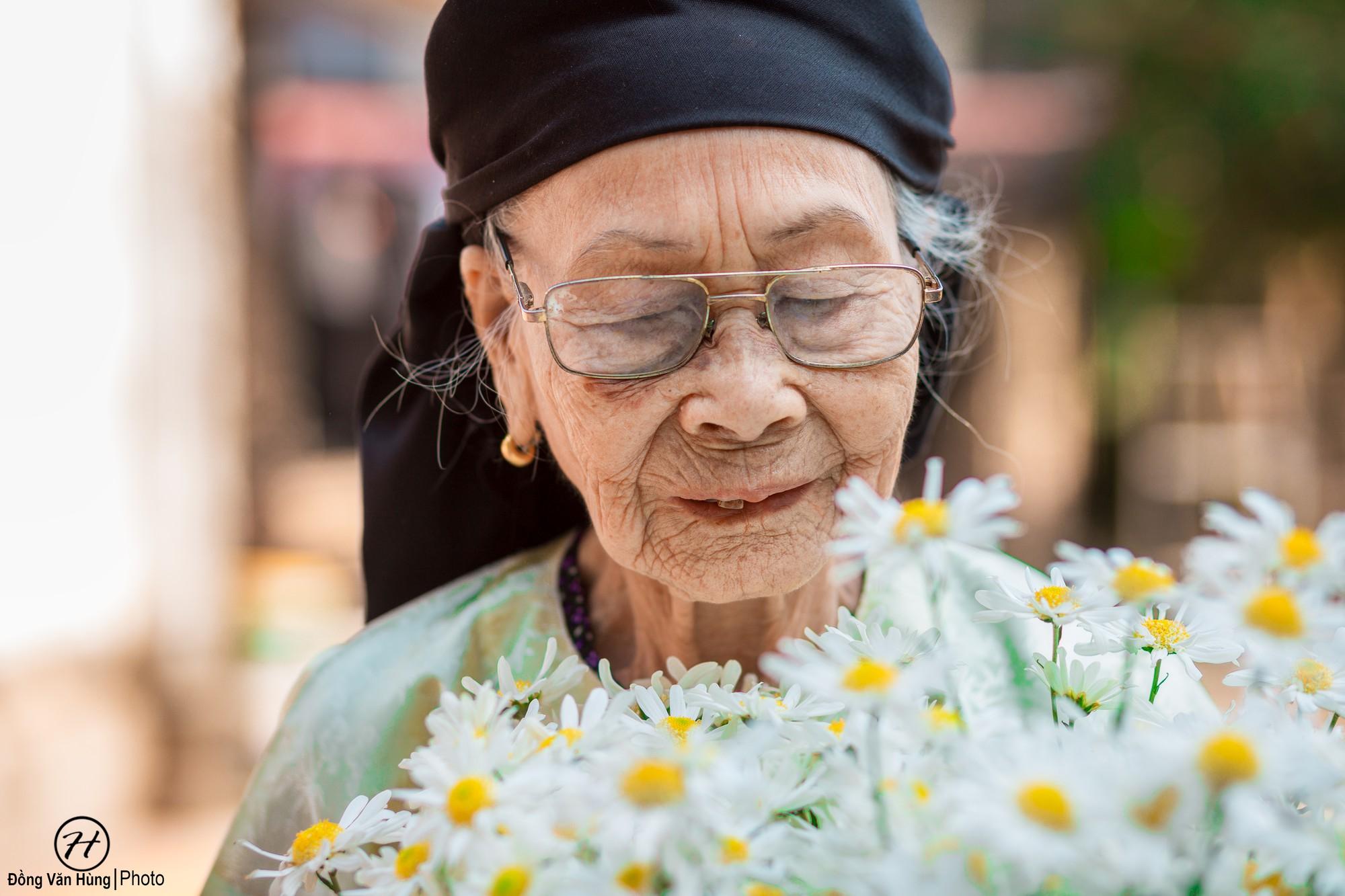 Người mẫu 99 tuổi điệu đà tạo dáng bên hoa cúc họa mi - Ảnh 3.