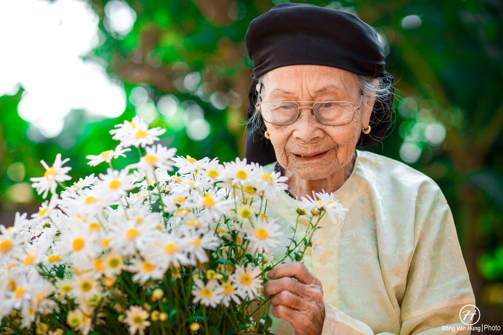 Người mẫu 99 tuổi điệu đà tạo dáng bên hoa cúc họa mi - Ảnh 5.