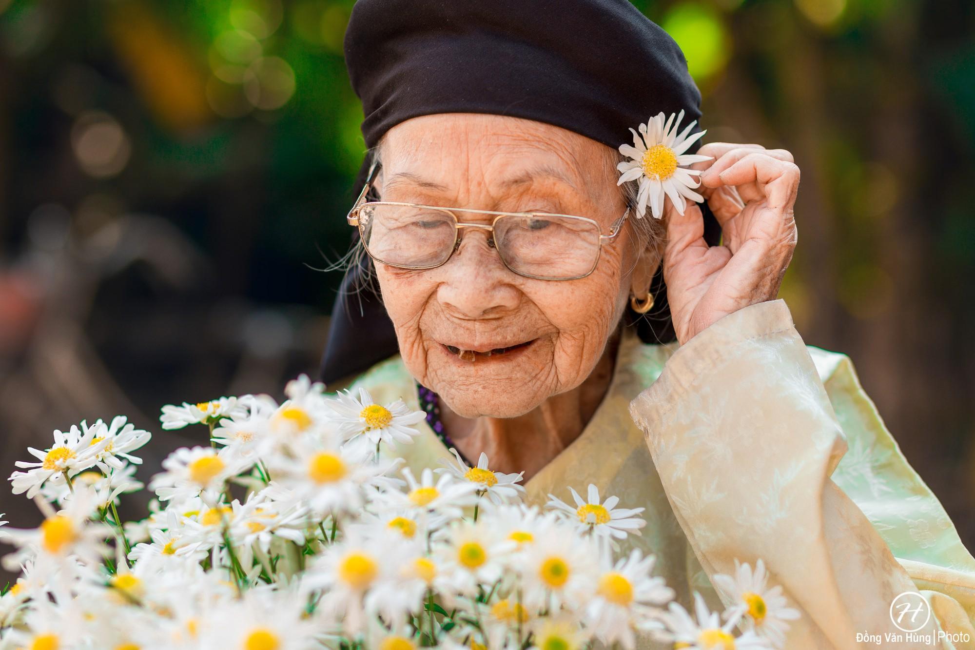 'Người mẫu' 99 tuổi điệu đà tạo dáng bên hoa cúc họa mi, nhìn bức ảnh ai cũng yêu đời hơn