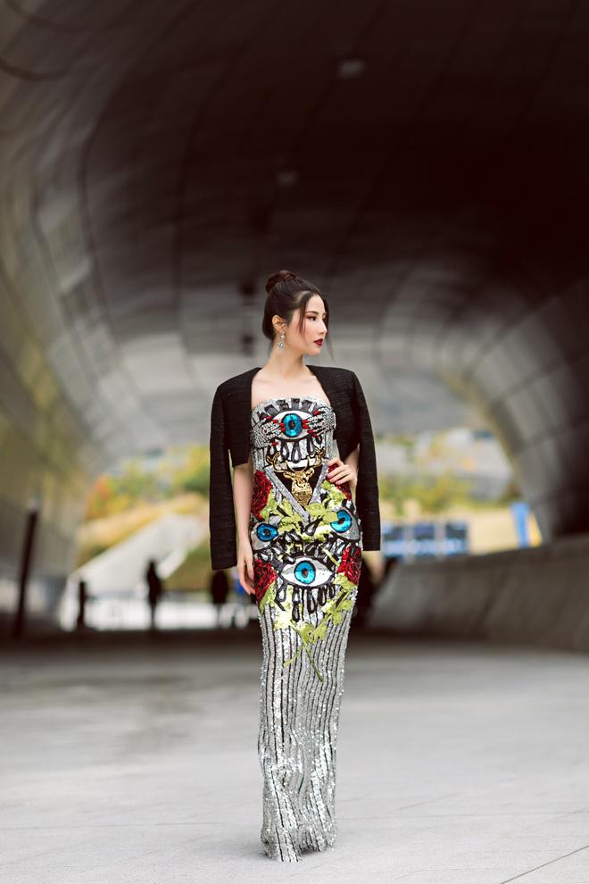 Lạc quẻ giữa một rừng streetwear, mình Diễm My diện đầm dạ hội lóng lánh - Ảnh 1.