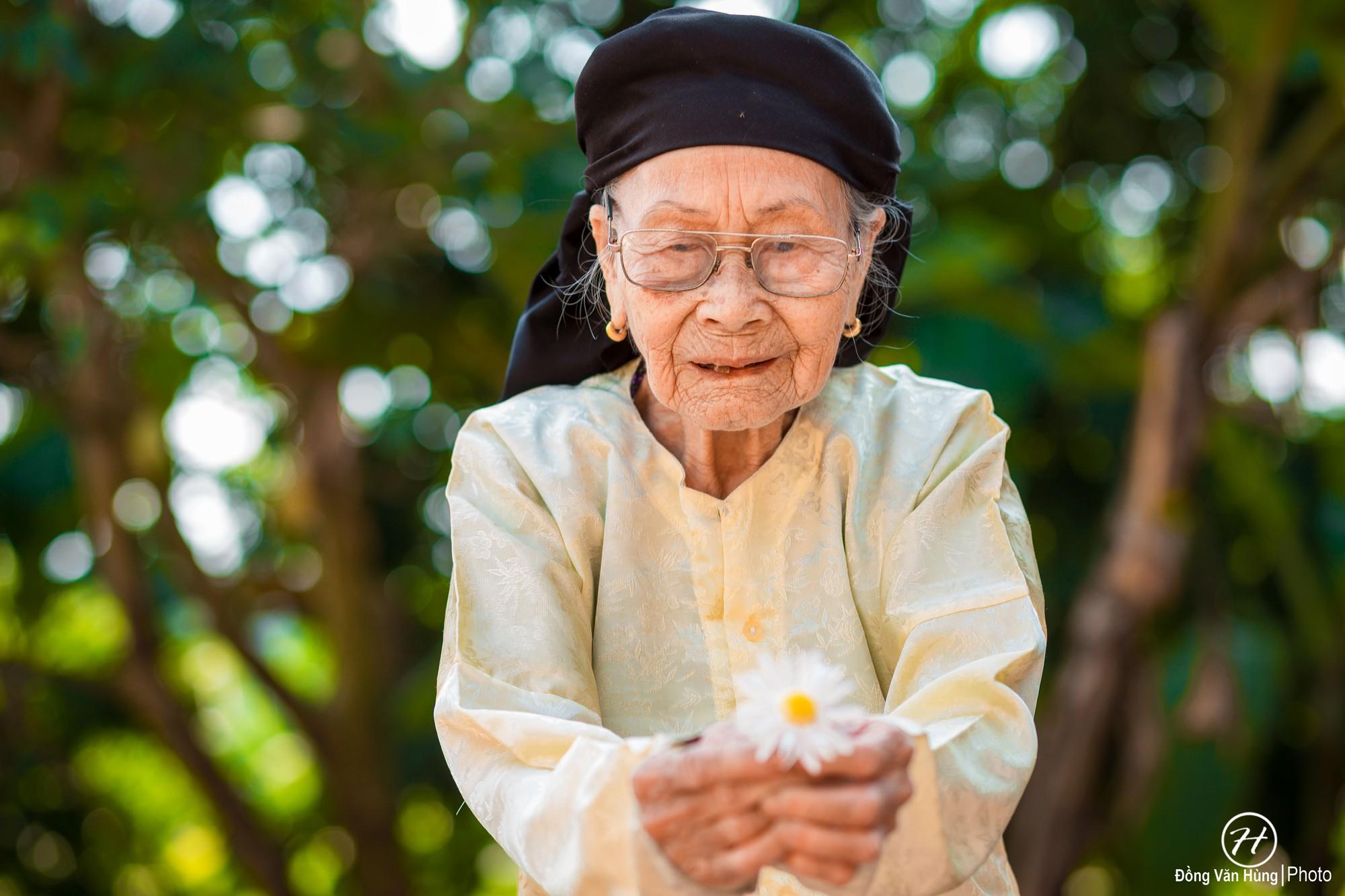 Người mẫu 99 tuổi điệu đà tạo dáng bên hoa cúc họa mi - Ảnh 10.
