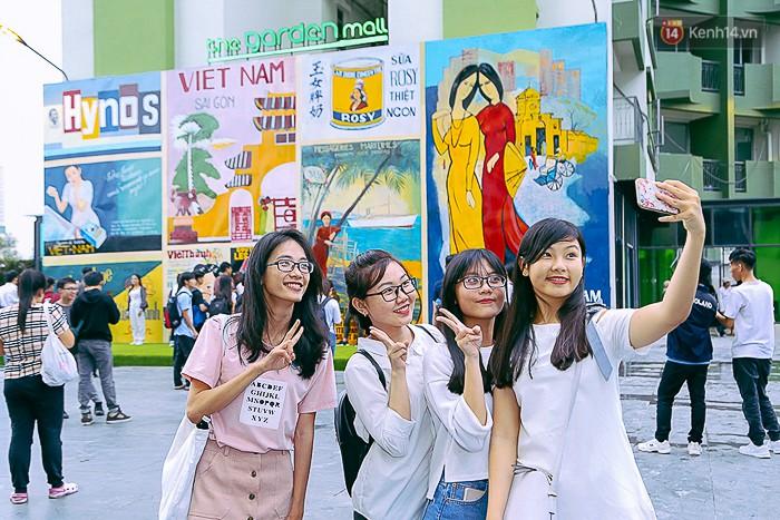 Giới trẻ hào hứng chụp ảnh với các biển quảng cáo Sài Gòn - Chợ Lớn xưa được trưng bày tại The Garden Mall - Ảnh 3.