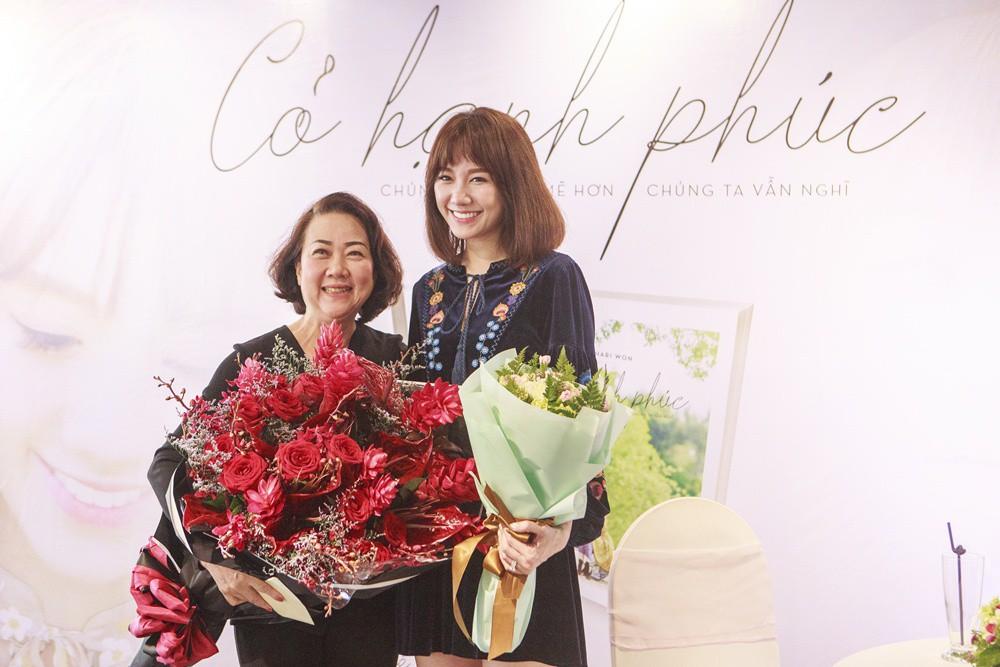 Mẹ Trấn Thành xúc động khi được con dâu Hari Won tổ chức sinh nhật bất ngờ - Ảnh 4.