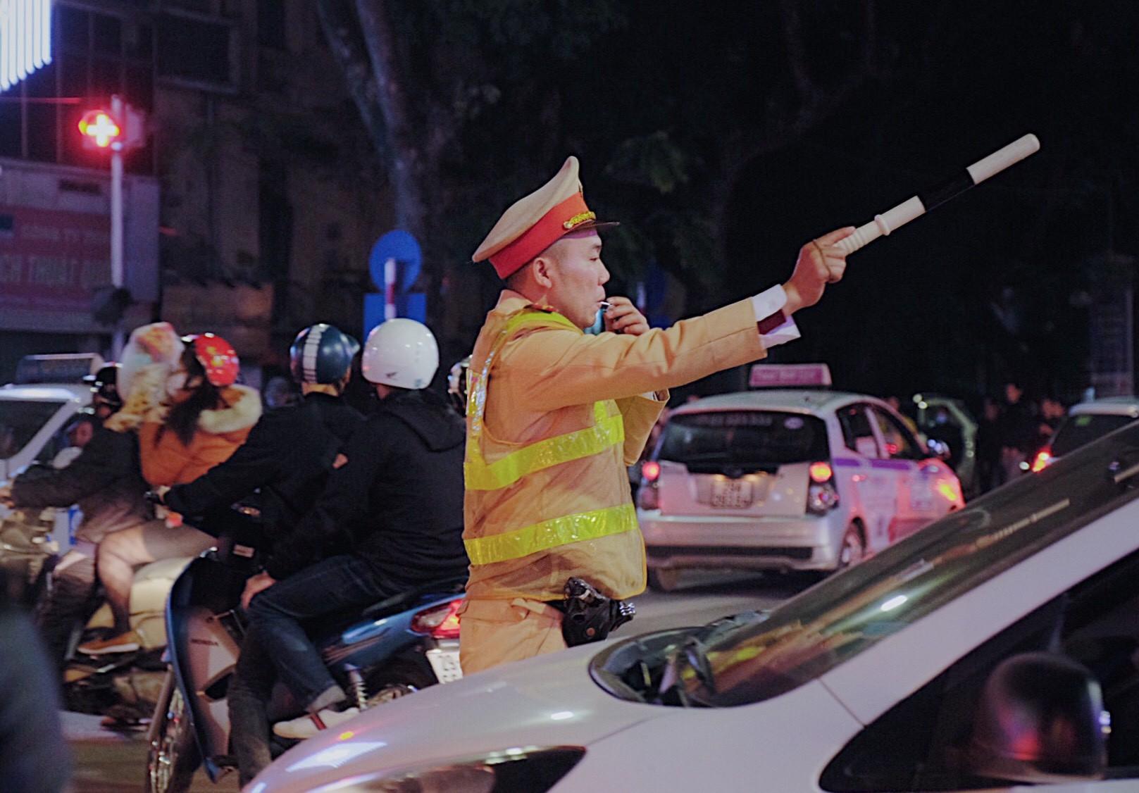 Hà Nội: Chùm ảnh nhiều người quên đội mũ bảo hiểm, kẹp 3 kẹp 4 đi chơi Giao thừa - Ảnh 7.